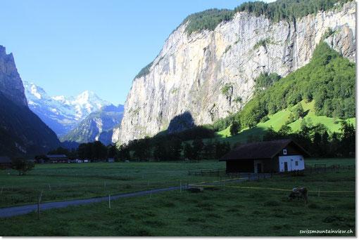 durch das noch schattige Tal nach Stechelberg.