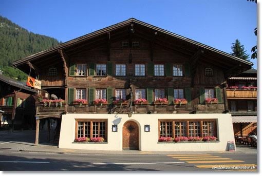im Restaurant Bären, einem für die Region typischen Berner Oberländer Chalet.