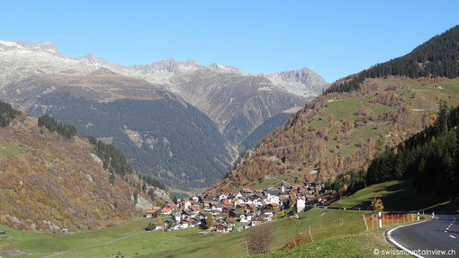 Blick zurück ins Tal auf die kleinen Bergdörfer.