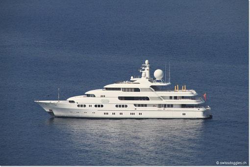 Vor La Madrague ankert seit einigen Tagen diese Luxusjacht...