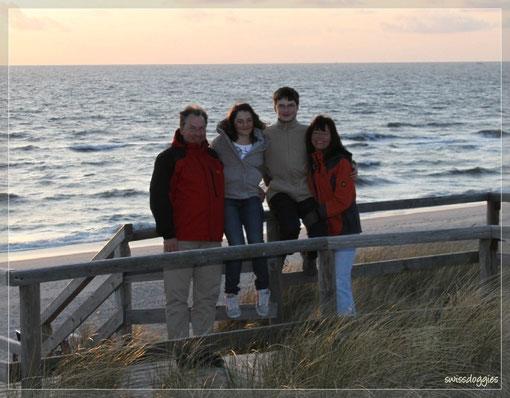 Am Abend - dem letzten vor der Abreise - kommen nochmals alle mit zum Strand.