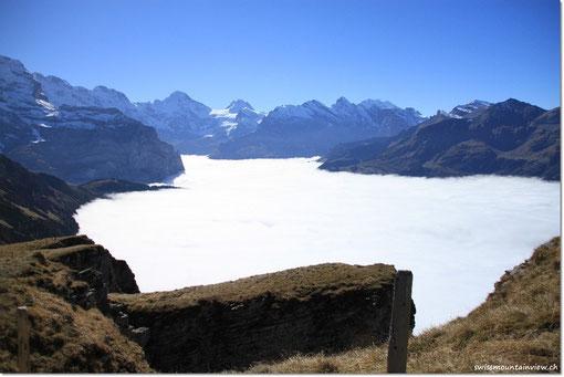 umliegenden Berggipfel und das Nebelmeer.