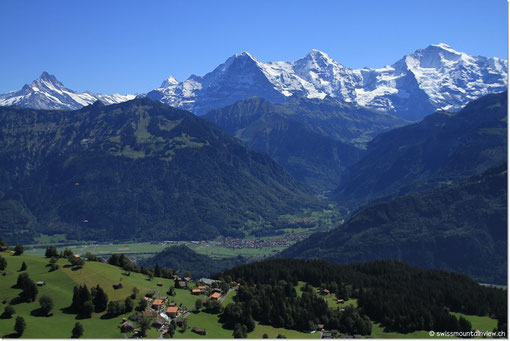 Blick hinunter zu swissmountainview.ch (Kran), dahinter im Tal unten Interlaken und das Lauterbrunnental.