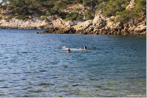 Jürg, Pascal und Nathi geniessen das Baden im angenehm warmen Meer.