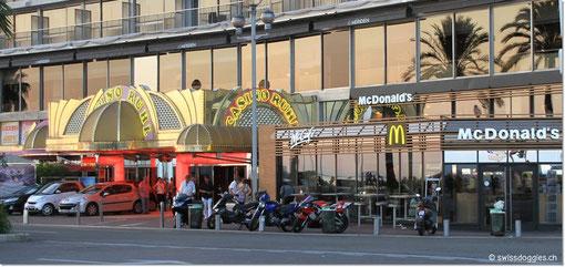 ... gegenüber liegt der Mac Donalds - vor 7 Jahren haben hier unsere Kids unsere erste Happy Meal-Erfahrung gemacht ;)
