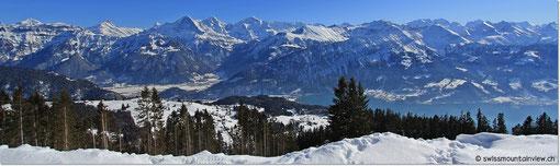 Immer wieder geniessen wir bei dieser Panoramawanderung den Blick auf die unzähligen Berggipfel und ins Tal.