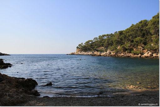 Es hat nur wenige Leute hier; erstaunlich, denn die Bucht ist wunderschön.