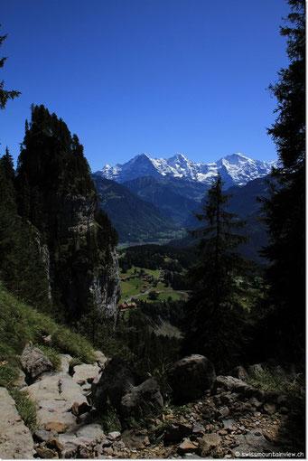 Links die Birefluh, unser 1. Etappenziel, rechts Eiger, Mönch und Jungfrau und darunter die Waldegg mit swissmountainview.ch.