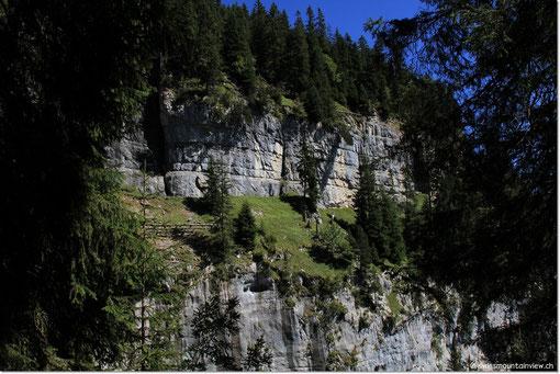 In der Mitte dieser beiden Felsenbänder führt der Weg durch - ungesichert ..