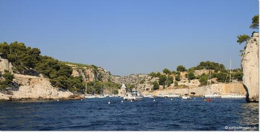 Dort liegen viele Boote vor Anker.