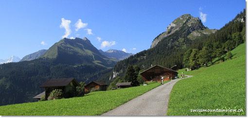 Mit dem Auto fahren wir hinauf nach Isenfluh, dann mit einer kleinen Bahn nach Sulwald.