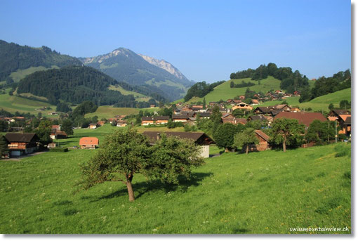 Via Simmental fahren wir vorbei an malerischen Dörfchen Richtung Lenk.