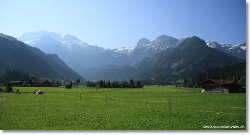 Mit wunderschönem Blick auf die umliegenden Berge.