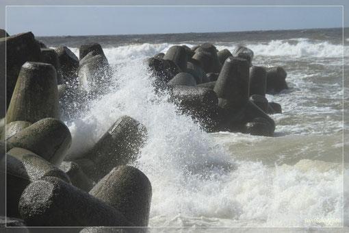 breschen an die Tetrapoden, die als Wellenbrecher dienen.