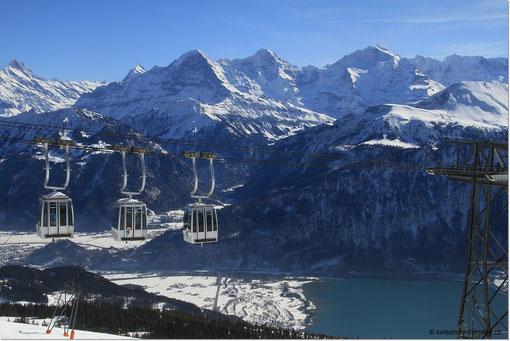 mit herrlichem Blick hinüber zu Eiger, Mönch und Jungfrau und hinunter nach Interlaken.