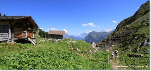 vorbei an Alphütten.