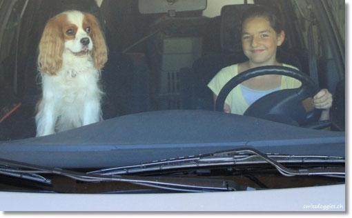 Nathi übt schon mal und Charly ist ein aufmerksamer Beifahrer.