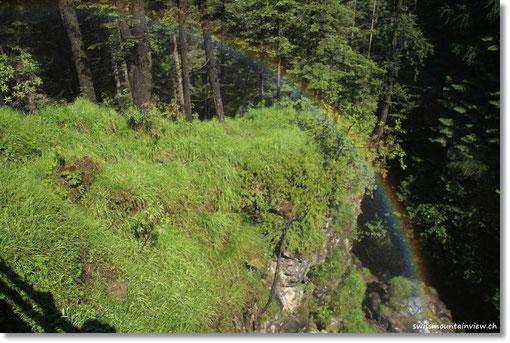 Das Wasser reflektiert einen Regenbogen.