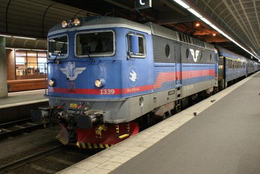 Die Rc6 in traditioneller Farbgebung im Stockholmer Hauptbahnhof.