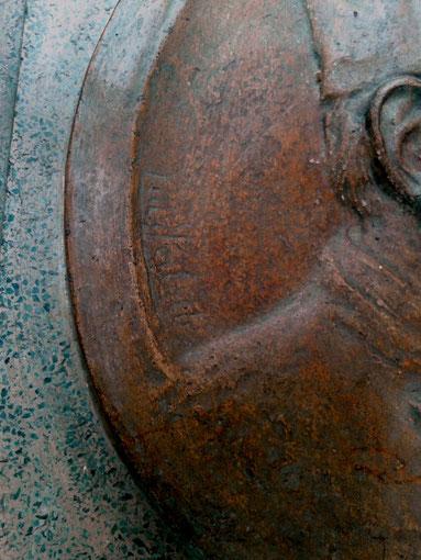 Foto gentileza de la Museóloga e Investigadora María José Pérez del Museo de Esculturas Luis Perlotti. Detalles de la escultura: Firma del escultor.