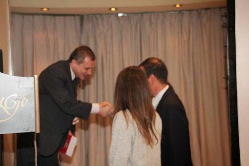 Dr. Fabian Romano entrega Premio Iniciativa y Originalidad al Mejor Trabajo AAHI en el Acto de Clausura.