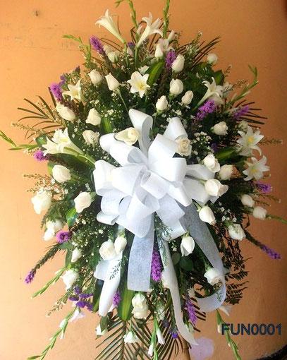 Ramo en pedestal elaborado con rosas. azucenas y liatris.