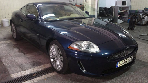 Pulido y abrillantado de Jaguar XK a mano