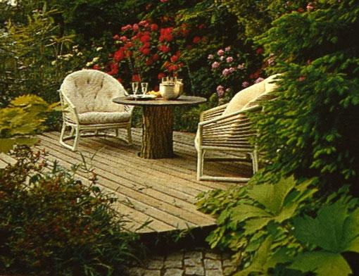schöner Sitzplatz im Garten, mit Tisch und Stühlen