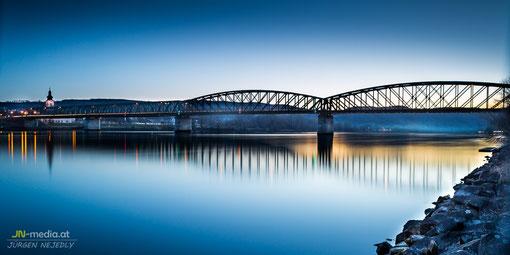 Donaubrücke Mautern bei Abenddämmerung