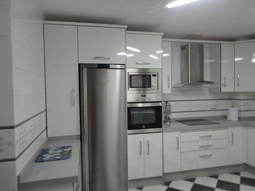 Cocina blanca jaen encimera gris claro cocinas jaen for Cocina blanca electrodomesticos blancos