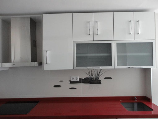 Cocina roja y blanca jaen cocinas jaen for Cocina blanca encimera roja