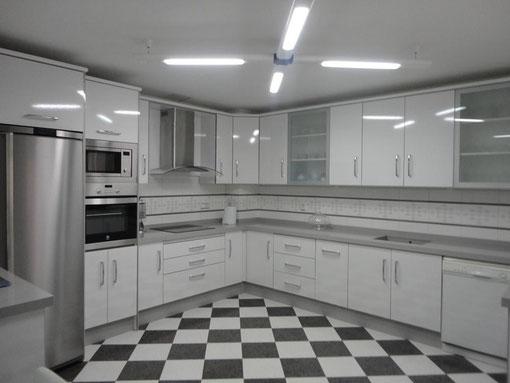 Cocina blanca jaen encimera gris claro cocinas jaen for Color credence cocina blanca