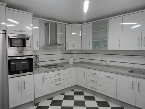 Cocina blanca jaen encimera gris claro cocinas jaen for Cocinas jaen fabrica