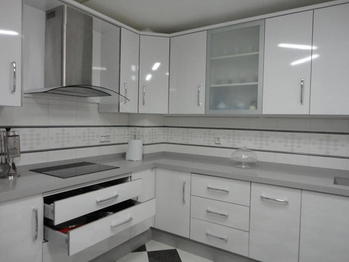 Cocina blanca jaen encimera gris claro cocinas jaen for Cocinas blancas y grises