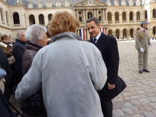 le président Nicolas Sarkozy saluant la famille Aubrac et notamment Elizabeth