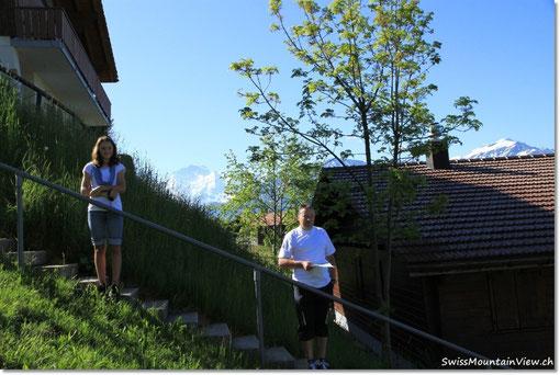 Nathi steht dort, wo die Terrasse/der Balkon beginnt und Jürg dort, wo diese endet, aber alles wird ca. 2 Meter höher sein, da das Terrain aufgeschüttet wird.