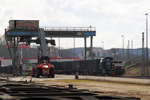 Rhenus Rail 46 (276 015) rangiert in Saarbrücken Ubf mit Containertragwagen beladen mit Black-Boxx Open-Top-Container, 28.02.2015