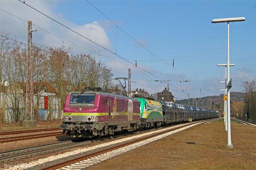 AKIEM BB37027 (i.E.für HSL) und im Schlepp ES 64 U2-070 (i.E. für GySEV) mit DGS 98810 (Trnava/SK) Passau Grenze - Saarbrücken Rbf Nord (Achères/F) (Sdl.Autos), Dudweiler 22.03.2015
