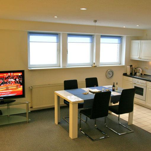 hell, freundlich und modern - Essbereich mit offener Landhausküche