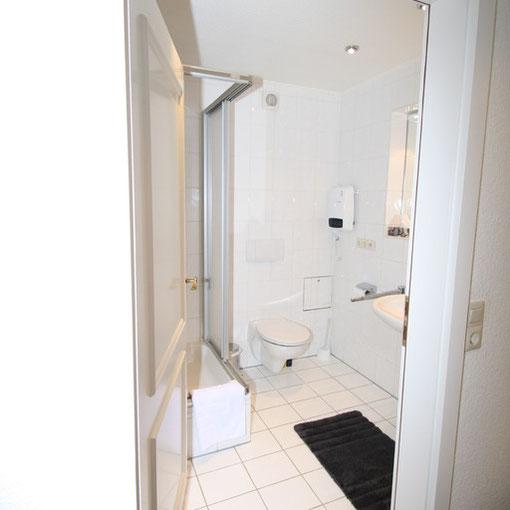 Duschbad mit WC, Waschbecken und Fön
