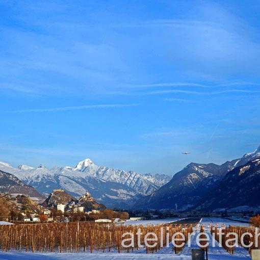 «Gut Flug»  Flugzeug auf Landekurs Flughafen Sion, Wallis, Schweiz