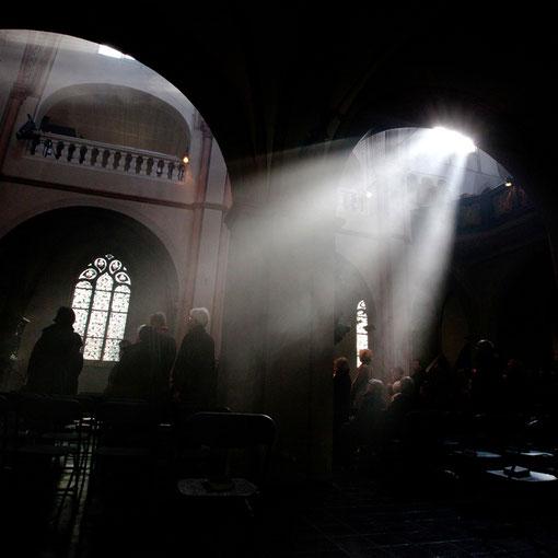 Karfreitag 2012: Die ersten haben bereits ihre Weihrauchgabe zur Kreuzverehrung abgelegt, Weihrauch stigt zum Himmel auf (Foto Anna C. Wagner)