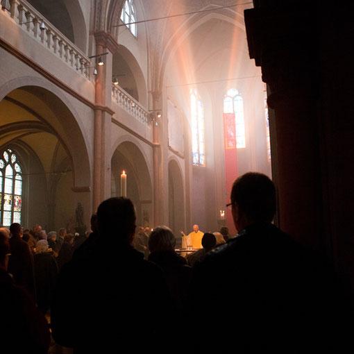 Die ersten Sonnenstrahlen am Ostermorgen in Sankt Maria Lyskirchen 2012 (Foto: Anna C. Wagner)