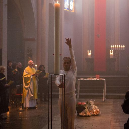 Felix Grützner tanzt als Symbol zur Auferstehung an =stern 2012 in Lyskirchen (Foto Anna C. Wagner)
