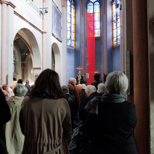 Karfreitag 2012: Nach der Karfreitagprozession wird das Kreuz in die Höhe gehalten (Foto Anna C. Wagner)