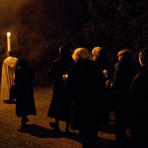 Prozession mit der Osterkerze in den Ostermorgen 2012 in Lyskirchen (Foto: Anna C. Wagner)
