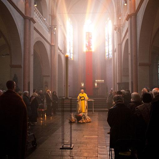Die Gaben für das gemeinsame Osterfrühstück werden in Lyskirchen gesegnet (Foto Anna C. Wagner)
