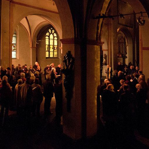 Gründonnerstag 2012, nach Heiliger Messe und Agape ist die Kirche leer geräumt, spät am Abend betet die Gemeinde das Nachtgebet der Kirche (Foto Anna C. Wagner)