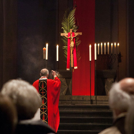 Das mit einem Palmzweig geschmückte Kreuz am Palmsonntag 2012 in Sankt Maria in Lyskirchen (Foto: Anna C. Wagner)