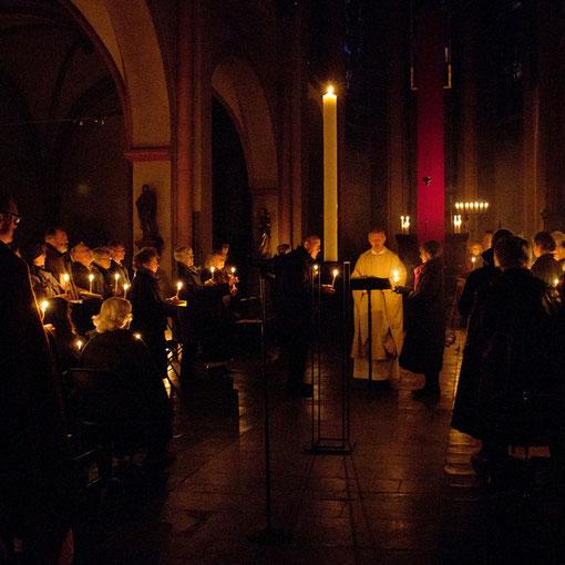 Noch steht die Osterkerze in der dunklen Kirche am Ostermorgen in Lyskirchen 2012 (Foto Anna C. Wagner)
